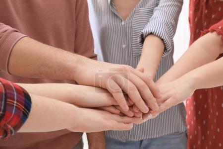 Photo pour Les jeunes mettent les mains ensemble comme symbole d'unité, gros plan - image libre de droit