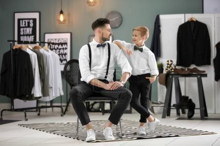Photo pour Père et fils en costumes élégants, à l'intérieur - image libre de droit