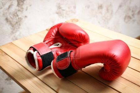 Photo pour Gants de boxe sur le banc en bois - image libre de droit