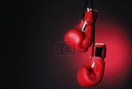 Photo pour Gants de boxe sur fond foncé - image libre de droit