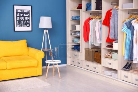 Photo pour Dressing intérieur avec grande armoire - image libre de droit