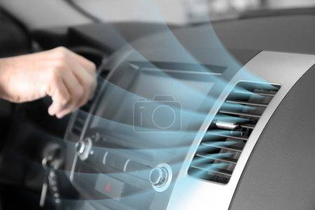 Photo pour Revitalisant avec flux d'air froid dans la voiture en marche - image libre de droit