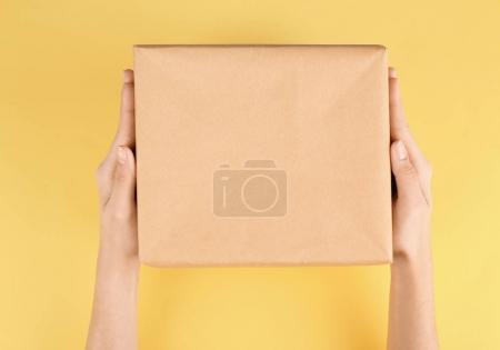 Photo pour Parcelle de tenue de femme sur fond de couleur - image libre de droit