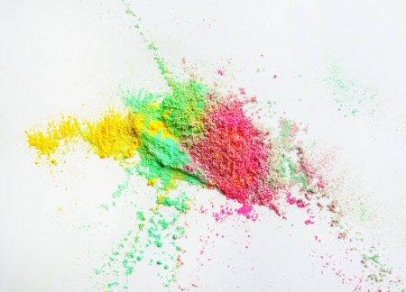 Photo pour Poudres colorées pour le festival de Holi sur fond blanc - image libre de droit