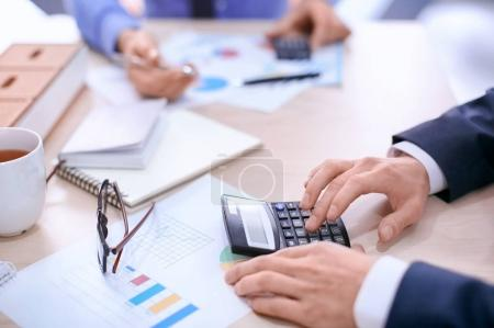 Photo pour Hommes travaillant à table au bureau, gros plan. Concept de négociation financière - image libre de droit