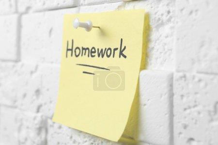"""Photo pour Note avec le mot """"devoirs"""" épinglé au mur - image libre de droit"""