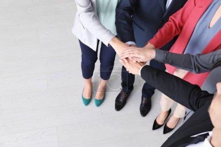 Photo pour Groupe de personnes mettant les mains ensemble comme symbole d'unité - image libre de droit