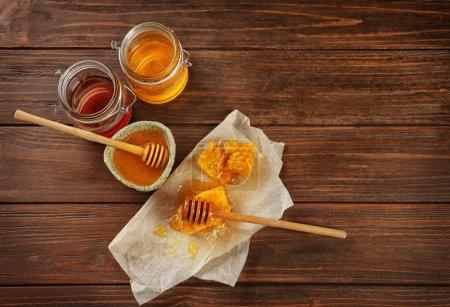 Photo pour Composition avec peignes et miel sucré sur table en bois - image libre de droit