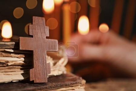 Photo pour Croix en bois et livres sur fond flou - image libre de droit