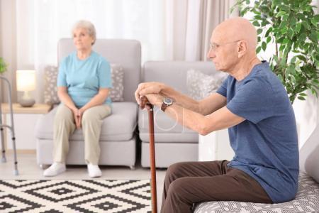 Photo pour Des seniors à la maison. Soins aux personnes âgées - image libre de droit