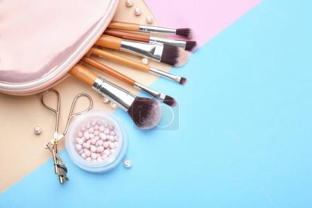 Photo pour Cosmétiques décoratifs et outils de maquilleur professionnel sur fond de couleur - image libre de droit