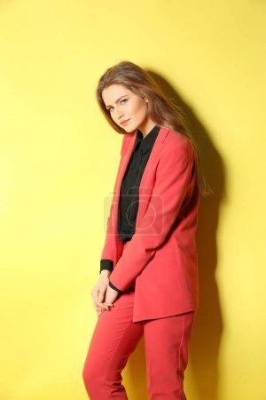 Photo pour Belle femme à la mode en costume élégant sur fond de couleur - image libre de droit