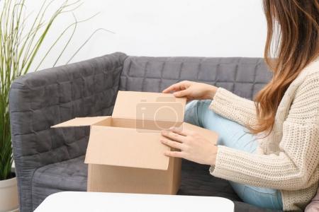 Photo pour Femme avec boîte de colis à l'intérieur - image libre de droit