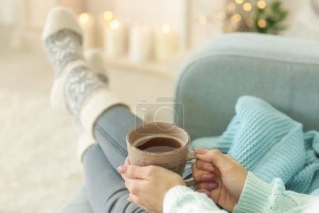 Foto de Mujer relajante en casa en vacaciones de invierno - Imagen libre de derechos