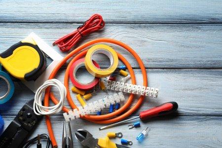 Photo pour Différents outils électriques sur fond en bois - image libre de droit