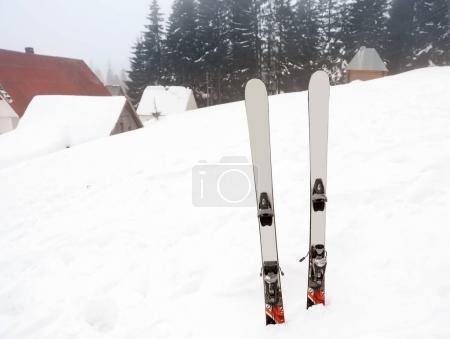 Photo pour Skis à la station enneigée. Vacances d'hiver - image libre de droit