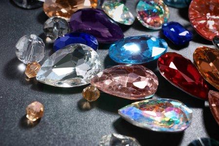 Photo pour Pierres précieuses colorées pour bijoux sur fond sombre - image libre de droit