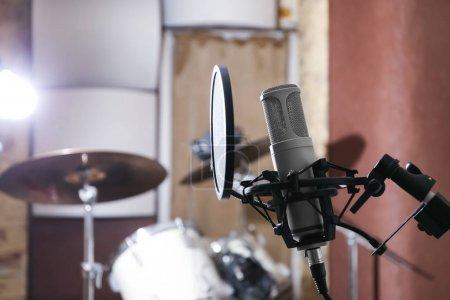 Photo pour Vue du microphone à la station de radio - image libre de droit