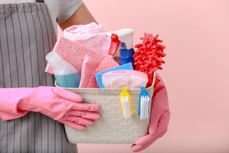 Photo pour Panier femme avec des fournitures de nettoyage sur fond de couleur - image libre de droit