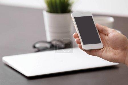 Photo pour Homme à l'aide de smartphone sur lieu de travail - image libre de droit