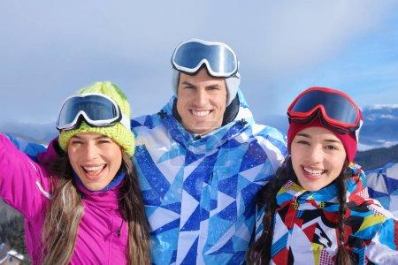 Glückliche Freunde im Skigebiet