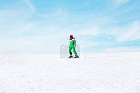 Photo pour Ski sportif sur piste à la station enneigée. Vacances d'hiver - image libre de droit