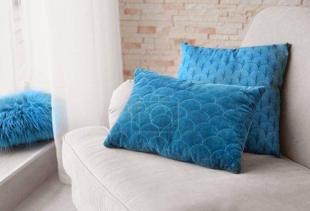 Photo pour Différents coussins sur le canapé dans la chambre - image libre de droit