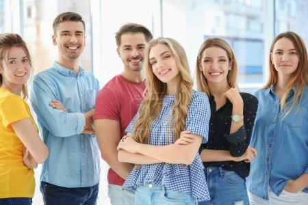 Photo pour Groupe de jeunes à l'intérieur. Concept d'unité - image libre de droit
