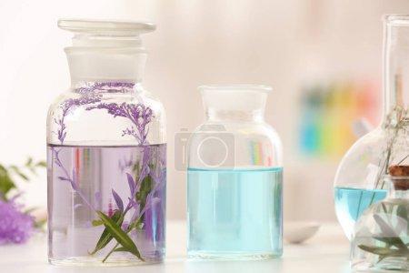 Photo pour Bouteilles avec des huiles de parfum différent sur table - image libre de droit