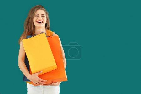 Foto de Hermosa mujer joven con bolsas de compras en el fondo de color - Imagen libre de derechos