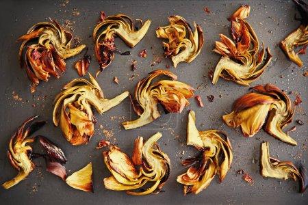 artichauts cuits avec des épices sur une plaque à pâtisserie