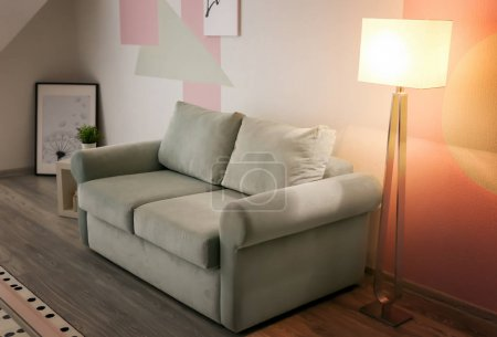 Foto de Interior de la sala de estar con cómodo sofá - Imagen libre de derechos