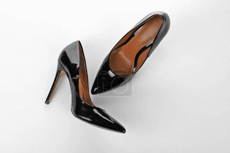 Photo pour Chaussures féminines élégantes sur fond blanc - image libre de droit
