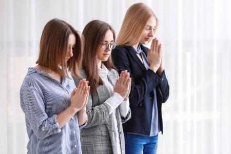 Femmes religieuses, la prière à l'intérieur