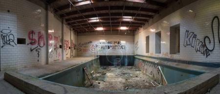 Photo pour Panorama de l'intérieur d'un bâtiment abandonné avec piscine - image libre de droit
