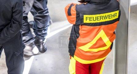deutsche firefifhters wartet auf anweisungen
