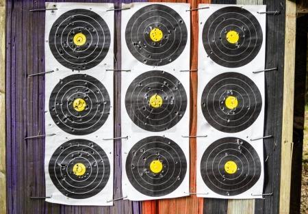 Photo pour Camp de tir avec cible dans la forêt - image libre de droit