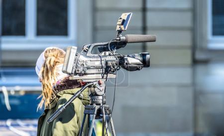 Photo pour Caméra de cinéma haute définition sur un plateau de cinéma dans la rue - image libre de droit