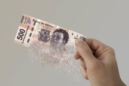 Photo pour Cinq cents pesos mexicains pulvérise dans la main d'un homme . - image libre de droit