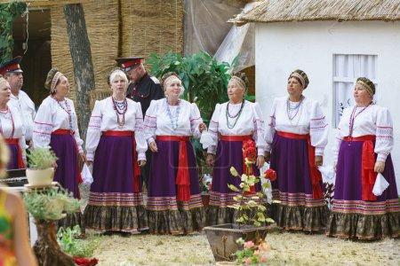 Photo pour SLAVYANSK-ON-KUBAN, RUSSIE - 31 JUILLET 2015 : Des cosaques chantent à une fête de village - image libre de droit