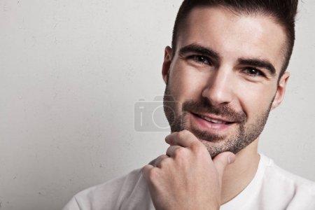 Photo pour Portrait d'un bel homme avec du chaume - image libre de droit