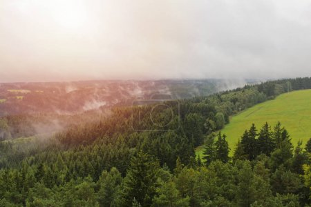 Photo pour Brouillard brumeuse avec du soleil sur les collines et de prés, de paysage tchèque - image libre de droit