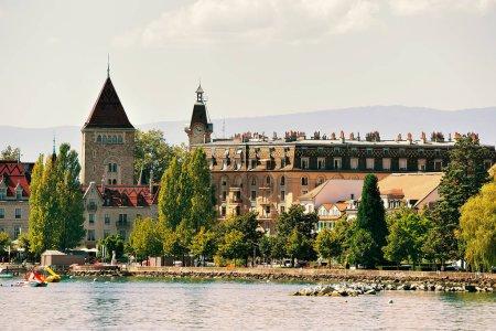 Photo pour Château Ouchy sur la promenade du lac Léman à Lausanne, Suisse. Les gens sur le fond - image libre de droit