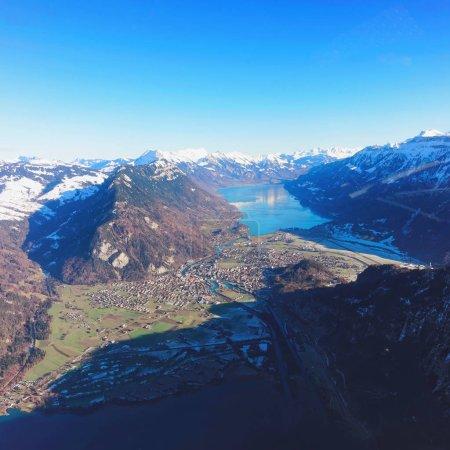 Photo pour Le centre de la ville bernoise Apline d'Interlaken à l'hiver Alpes suisses, vue hélicoptère. Lac Thun et lac Brienz sur le fond - image libre de droit
