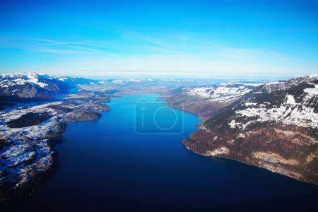 Photo pour Le centre de la ville bernoise Apline d'Interlaken à l'hiver Alpes suisses, vue hélicoptère. Thunersee sur le fond - image libre de droit