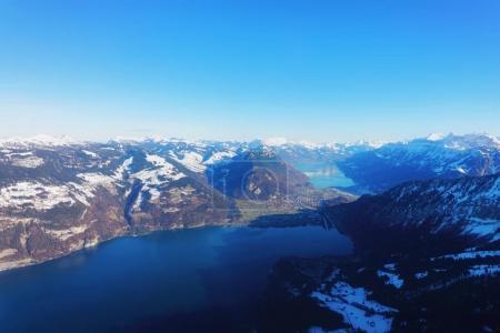 Photo pour Le centre de la ville bernoise Apline d'Interlaken à l'hiver Alpes suisses, vue hélicoptère. Lac Thun et lac Brienz sur fond - image libre de droit