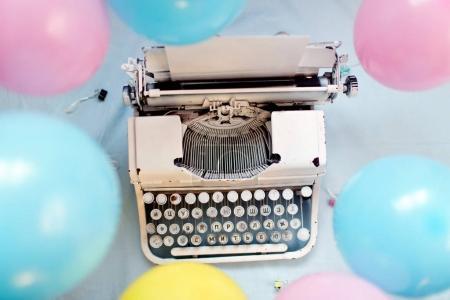 Photo pour Vue de dessus de machine à écrire Vintage sur fond clair avec ballons air coloré - image libre de droit
