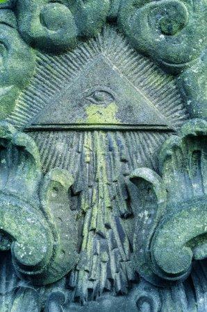Photo pour Œil de la Providence - vieille Pierre tombale dans un cimetière - image libre de droit