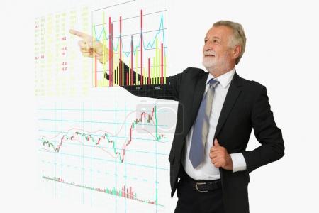 Photo pour BusinessMan pointent sa main vers le tableau d'information de marché boursier numérique, y compris acheter, vendre, enchérir, offrir, volume, Bargraph, Linegraph et Candlestick Graph comme concept de technologie d'entreprise moderne . - image libre de droit