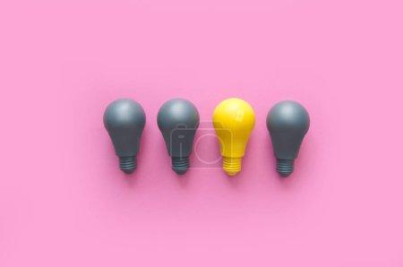 Foto de Bombilla amarilla que destaca entre el gris - Imagen libre de derechos